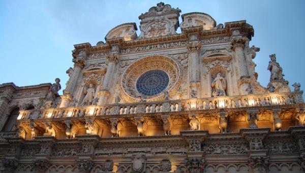 Nel borgo antico si possono ammirare numerosi edifici sacri quali la Basilica di S. Croce, il Duomo, la Chiesa di San Giovanni Battista (comunemente nota come